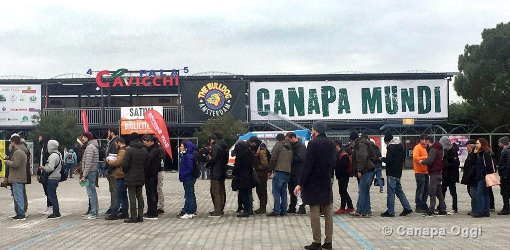Canapa Mundi cresce ancora - lunga fila per le biglietterie