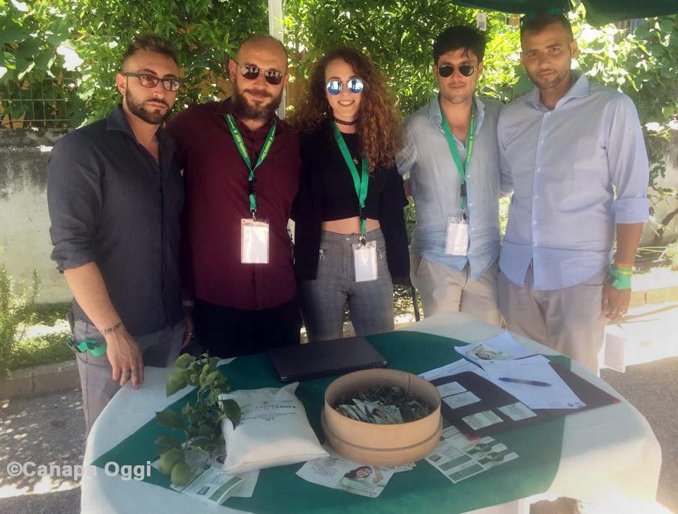 Canapa Campana, lo staff di Contact Srls che ha creato e commercializza l'Omega Vegetal, integratore che è unione di Bergamotto, Canapa e Cassia Nomame